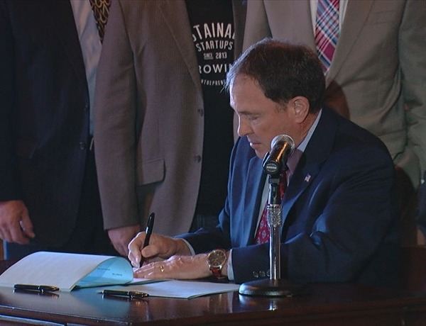 Governor Herbert signs House Bill 141_4886643955414353796
