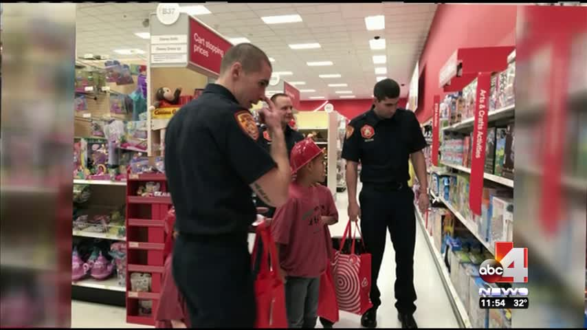 NFL player- firefighters Christmas shop with kids_06850138