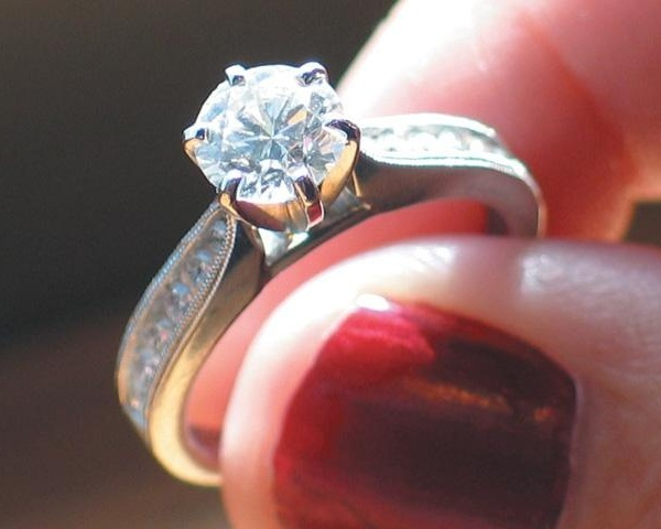 Engagement-ring--diamond--wedding--marriage---27203053_159878_ver1_20161214200015-159532