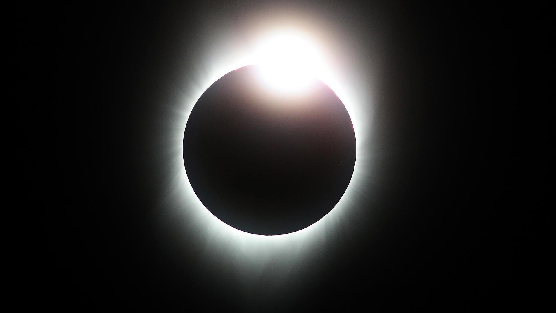 Watching solar eclipse Diamond Ring-159532.jpg80544646