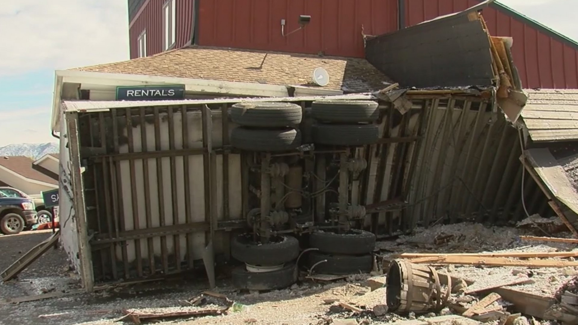 Driver_of_semi_dies_after_crashing_into__0_20181012001521