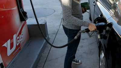Gas-prices-Man-at-pump-jpg_20151212233320-159532