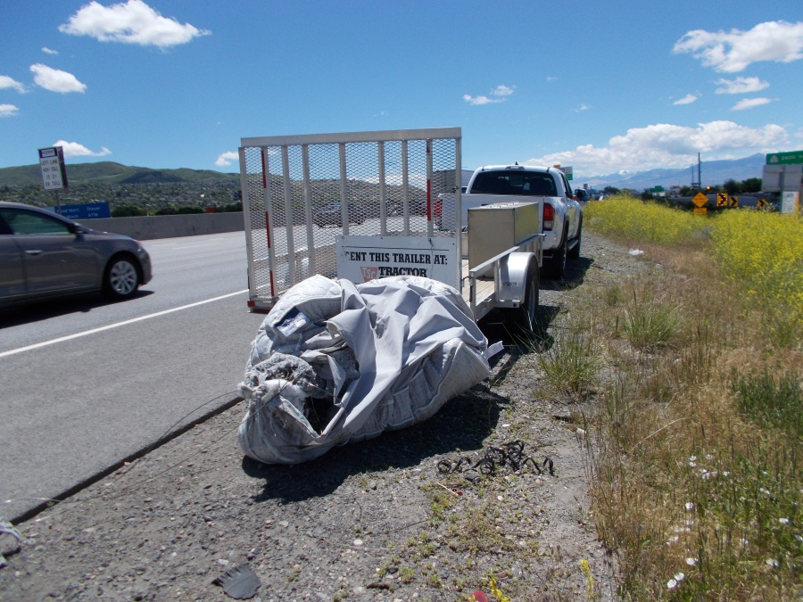 truck carrying unsecured mattress that cause crash